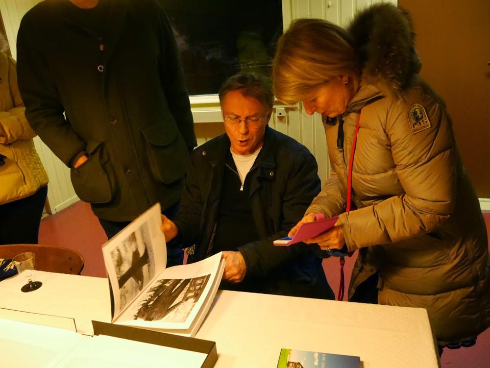 åpning-Rune Johansen forteller Bildt som man akkurat ikke kan se hodet på