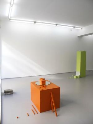 Sokkel med utdelte materialer for to av fem kunstnere.