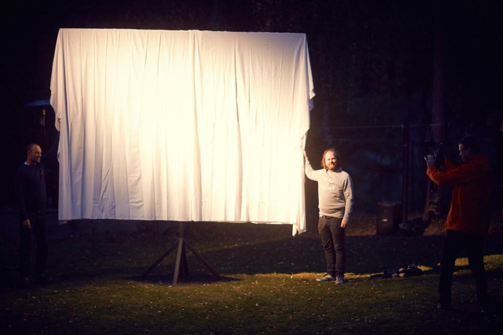 Avduking av skulpturen Norwegian Blue, skulpturperformance til På den andre siden av vinden, Tarje Eikanger Gullaksen og Marius Engh. Foto: Erik Berg Johansen