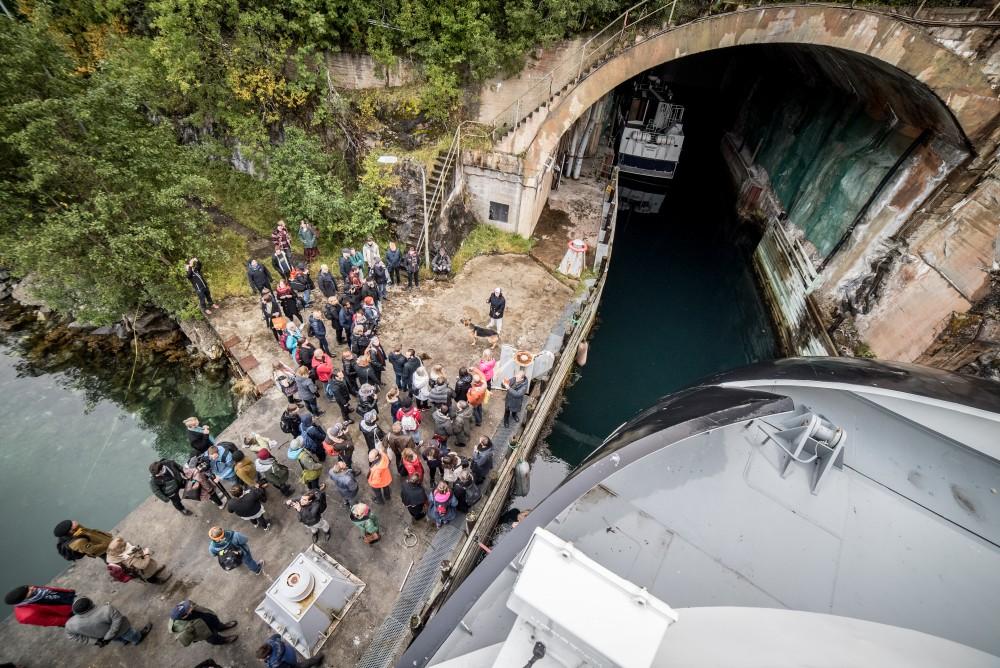 Ferga Vengsøy legger til kai utenfor dokken, publikum møtes av en av Night Club Torpedos vakter. Foto: David González