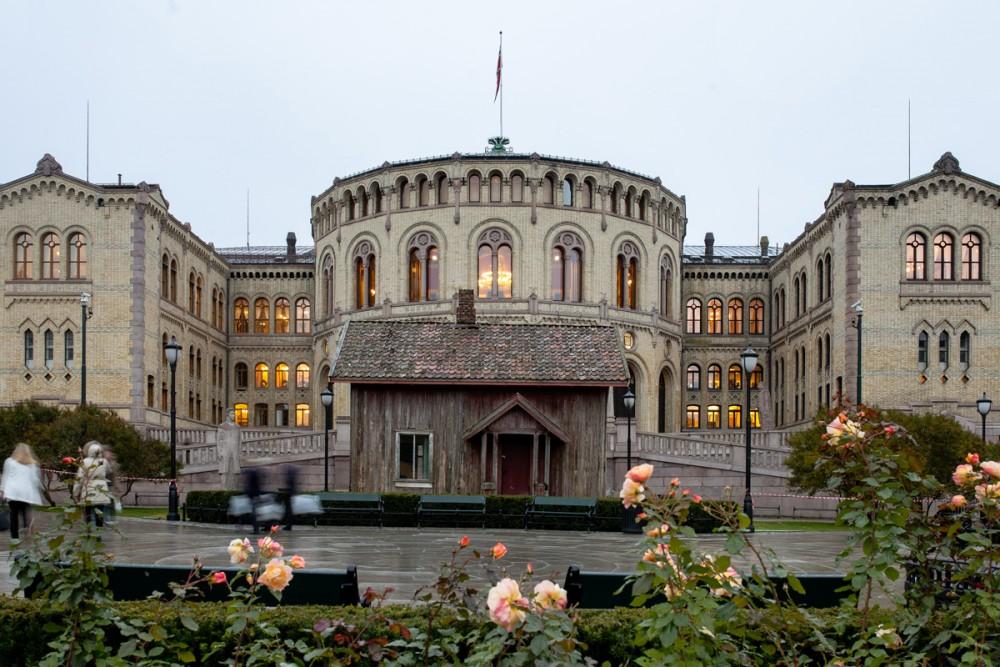 Marianne Heske, House of Commons, 2015. Foran Stortinget. Foto Niclas Lello. Courtesy Oslo Pilot