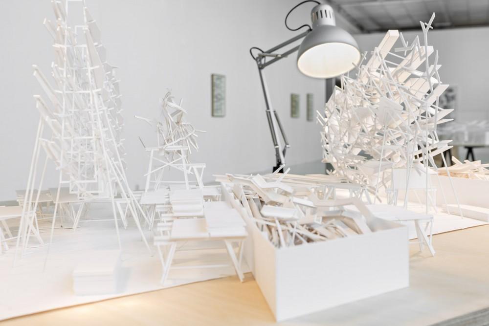 Robert Wood, SHORES, Konstruksjon av kartong på bord av finér, papir, glass, arbeidslamper.