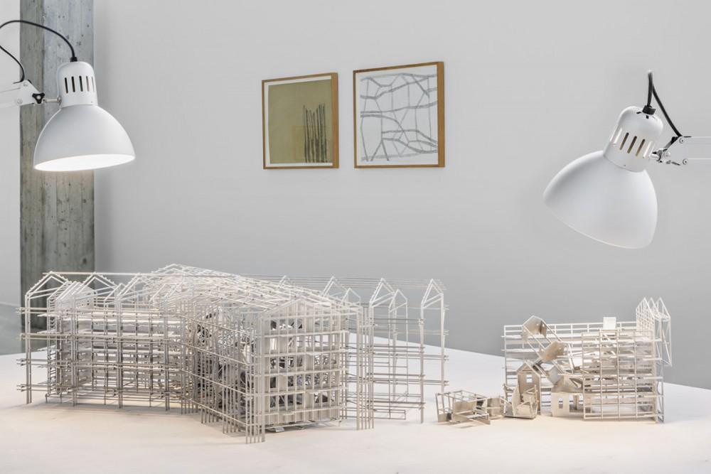 Robert Wood, INTERFERENCE. Konstruksjon av aluminium, på bord av finér. I bakgrunnen: Mette Stausland, MOVING PARTS, 2015. Blyant på papir.