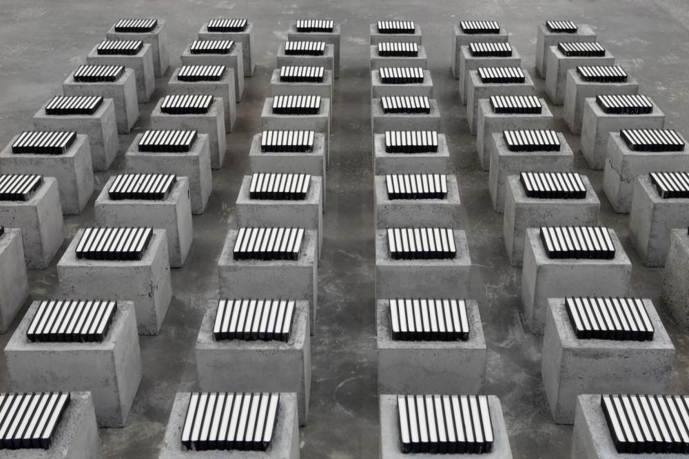 Vibeke Tandberg, Beijing Duck (concrete), 2015. Installasjonsfoto. Gjengitt med tillatelse av kunstneren og OSL Contemporary.