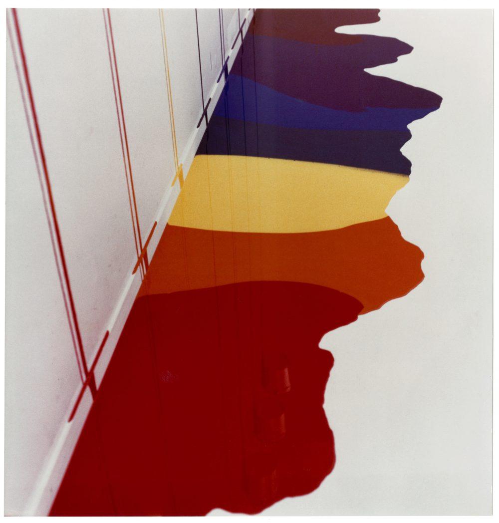 Rekonstruksjonen av Paul Brands Rinnsal (1980) er ett av de mest fargesterke verkene i utstillingen Stille revolt. Bildet er fra den originale installasjonen i Berner Galerie i Bern, Sveits. Foto, Paul Brand
