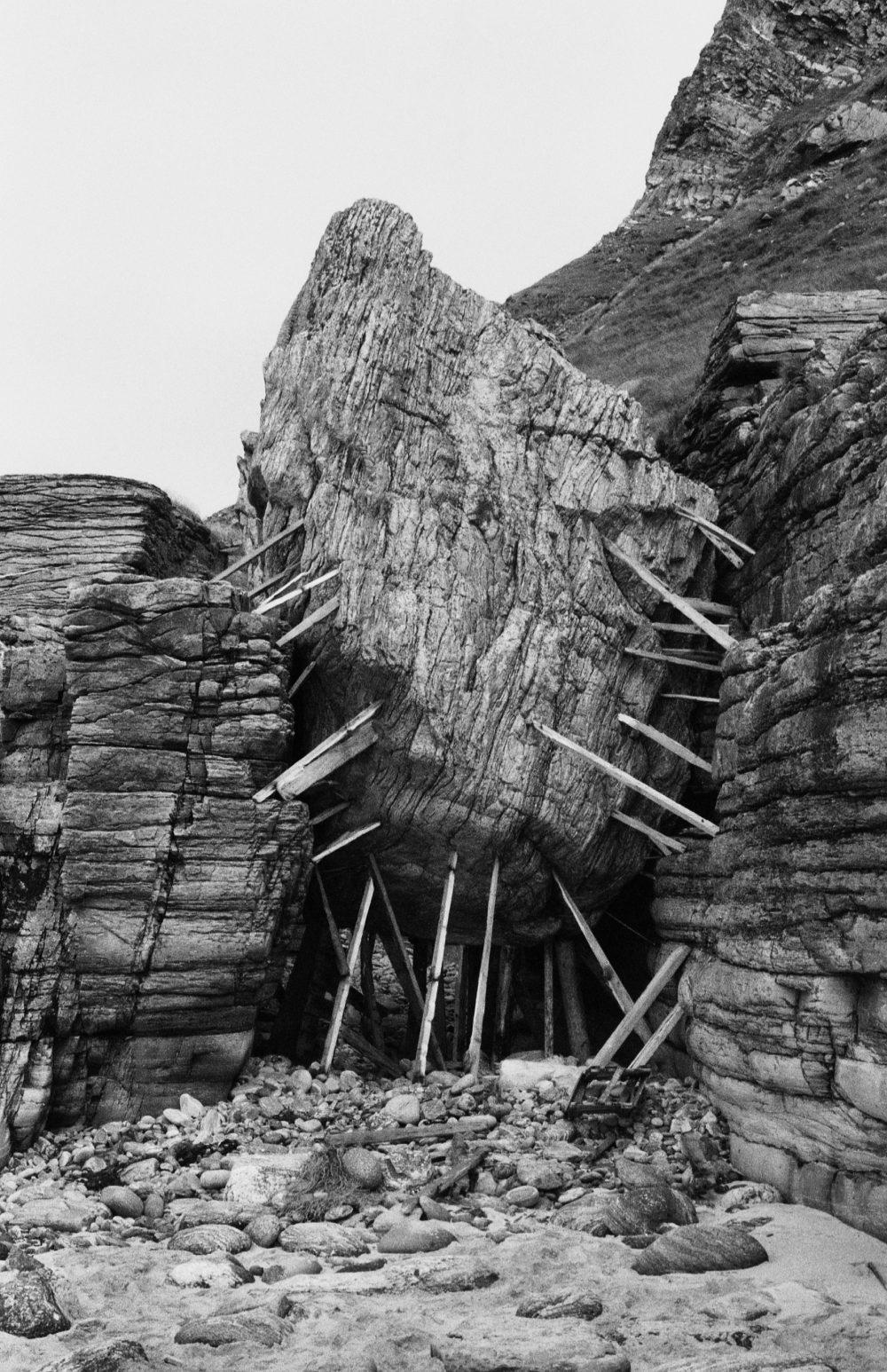 Mange av kunstverkene er dokumentert med sort-hvite fotografier, som bildet av Oddvar I.N. Daren, Lars Paalgard og Terje Munthes herlige Kile fra 1985. Foto: Oddvar I.N. Daren, Lars Paalgard, Terje Munthe